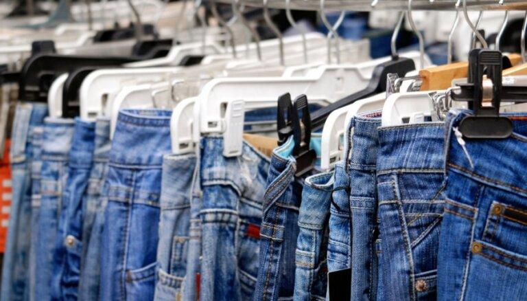 Названы две самые популярные джинсовые вещи лета