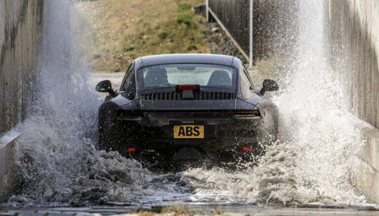 'Porsche' demonstrē jaunā '911' modeļa prototipa testēšanas programmu