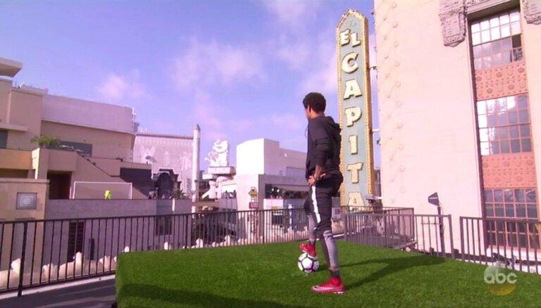 ВИДЕО: Назван самый дорогой футболист мира и его гол, забитый с крыши здания