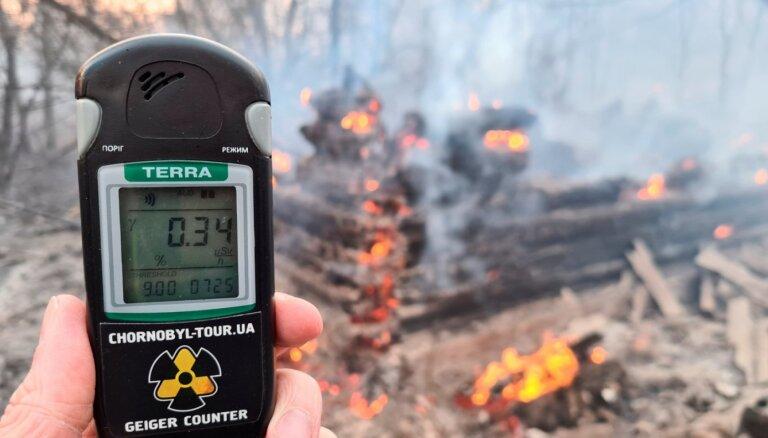 Ukrainas avārijas dienesti turpina cīņu ar ugunsgrēku netālu no Černobiļas