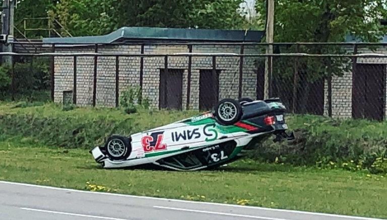 Foto: 'DeWALT Grand Prix' pirmajā dienā Biķerniekos avārija un spraigas cīņas trasē
