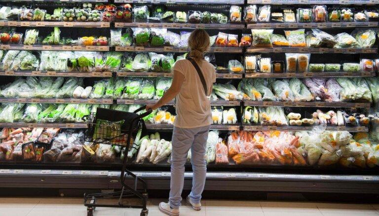 Francijā no janvāra vairumu augļu un dārzeņu vairs nedrīkstēs vīkšķīt plastmasā