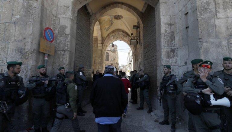 Foto: Ultraortodoksālie ebreji izjauc feministu lūgšanu pie Raudu mūra