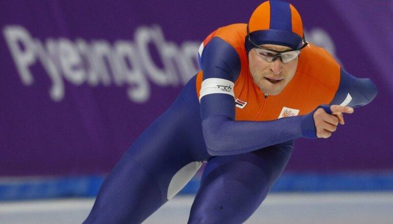 Nīderlandes ātrslidotājs Krāmers trešajās olimpiskajās spēlēs pēc kārtas triumfē 5000 metros
