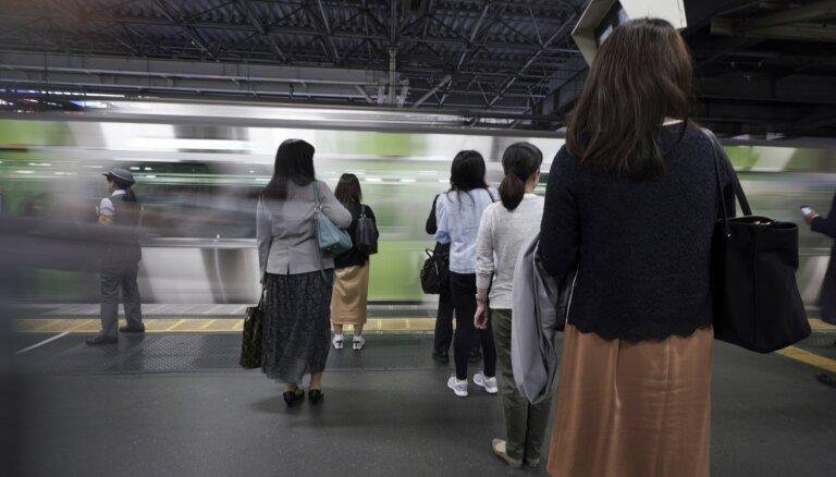 Japānā automātiskās vadības vilciens ietriecies barjerā; 14 ievainotie