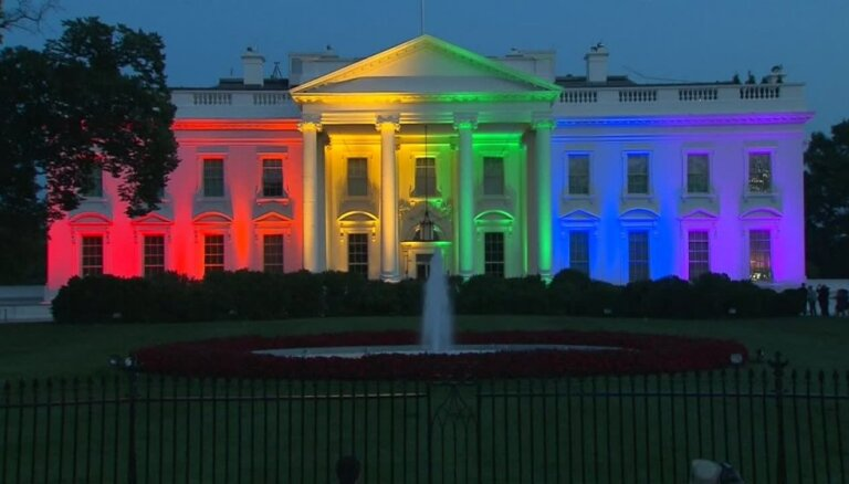 Video: Baltais nams ASV uzmirdz varavīksnes krāsās