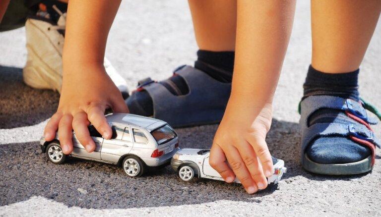 Ādažu novadā autoavārijā cieš maza meitene un zīdainis