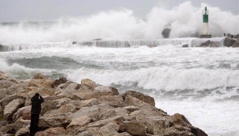 Красное предупреждение: ветер усилится до 34 метров в секунду, высота волны — до 8 метров