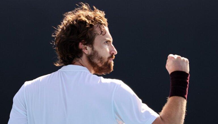 Gulbis skaistā stilā iesoļo 'Australian Open' otrajā kārtā