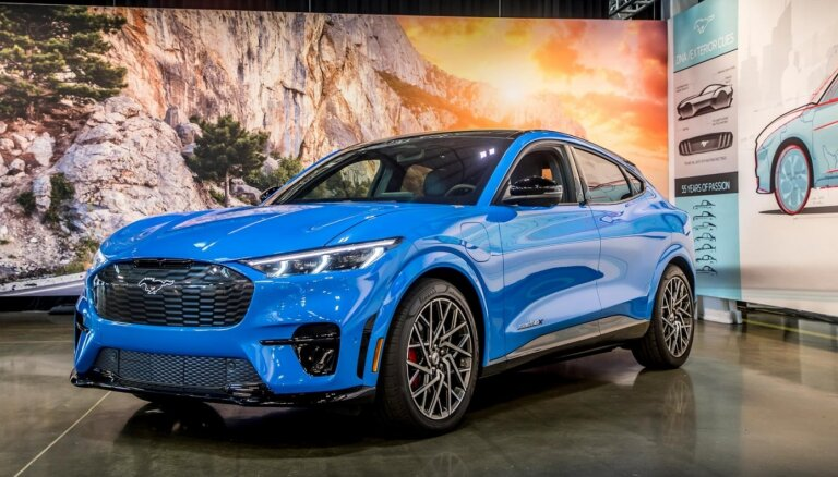 'Ford' prezentējis neparastas formas 'Mustang' elektromobili