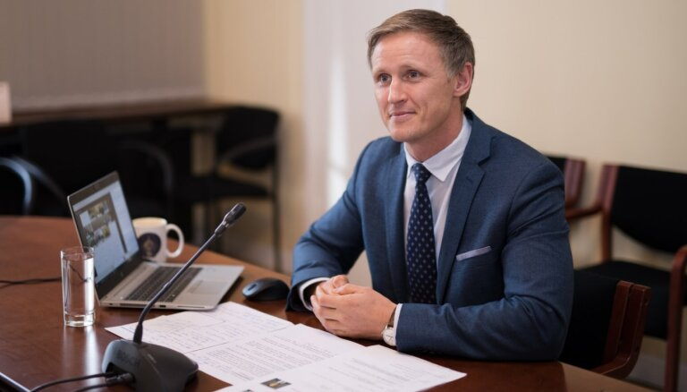 Komisija noraida priekšlikumu par priekšvēlēšanu aģitāciju tikai latviešu valodā; būs jāskata Saeimā