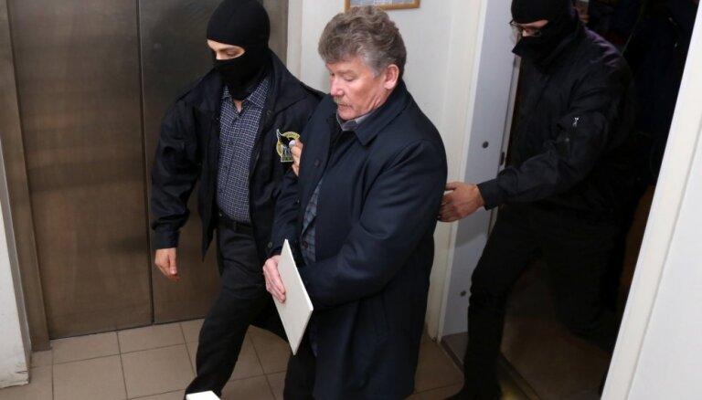 Tiesa trešo stundu lemj par bijušā 'Rīgas satiksmes' šefa Bemhena apcietināšanu (plkst. 19.06)