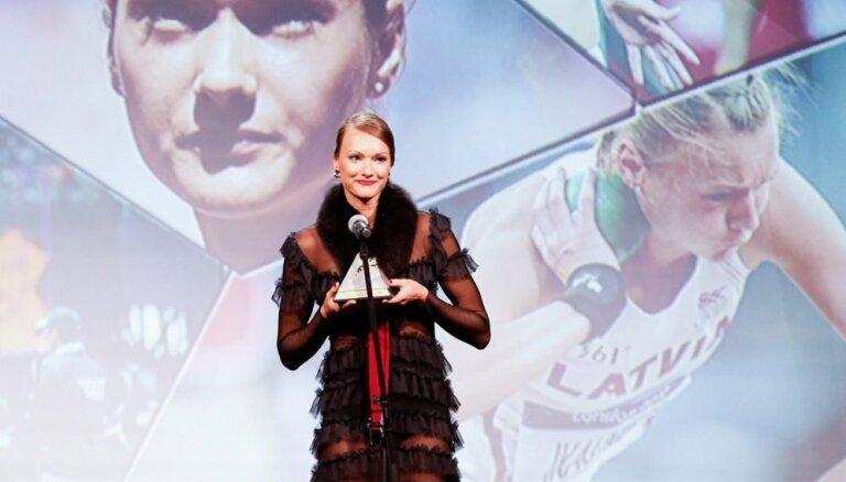 Foto: Laura Ikauniece-Admidiņa pārsteidz ar drosmīgu tērpu