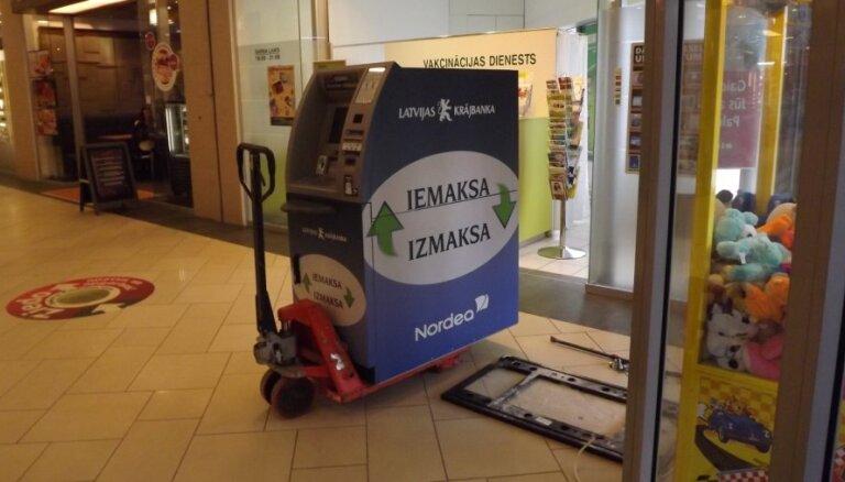 Par 16 500 eiro izsola 'Krājbankā' ieķīlātos buldozerus un kravas auto