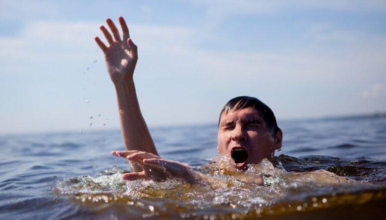 Kā pareizi rīkoties, ja peldoties sarauj krampis