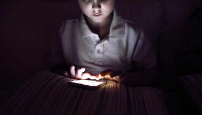 Miega problēmas, ko rada mobilo ierīču lietošana pirms gulētiešanas un turēšana pie galvas