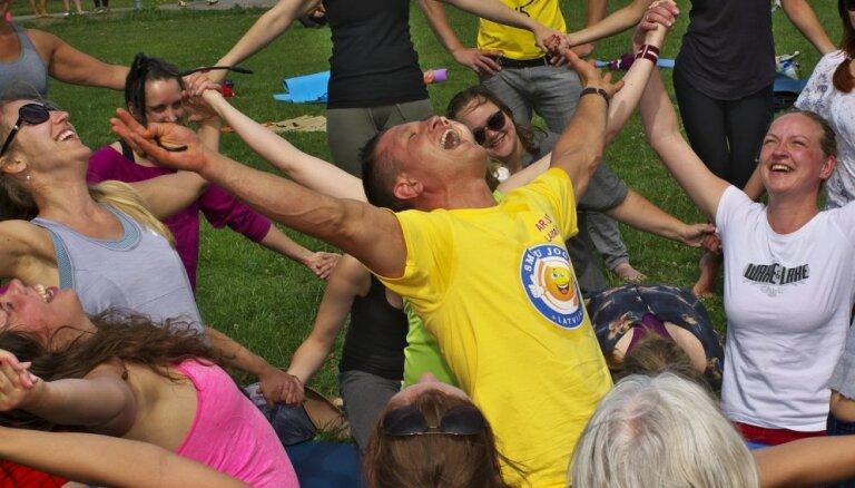 Tikai 10 minūtes sirsnīgas smiešanās uzlabo veselību. Kas ir jaunā un modernā smieklu joga?