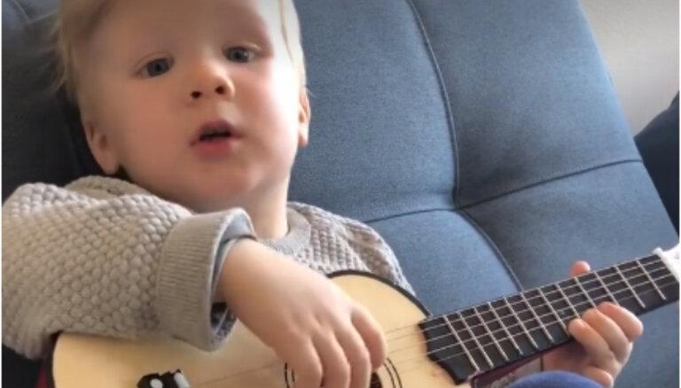 Pašmāju interneta hits: divgadīgais Miķelis dzied šūpuļdziesmu un spēlē ģitāru
