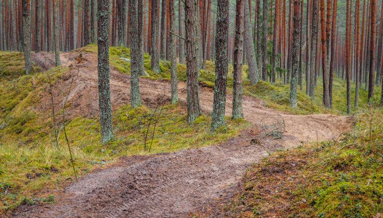 Motobraucēji pie Ložmetējkalna iznīcina latviešu strēlnieku cīņu vietas