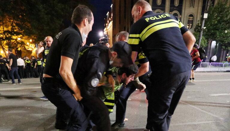 Протесты в Грузии: драка в парламенте из-за избиения журналистов, оппозиция собрала митинг