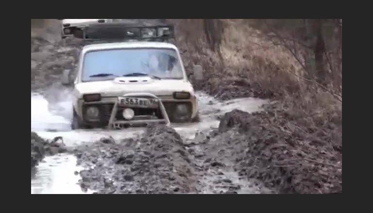 Video: 'Ņiva' joprojām spēj kārpīties pa kārtīgu bezceļu