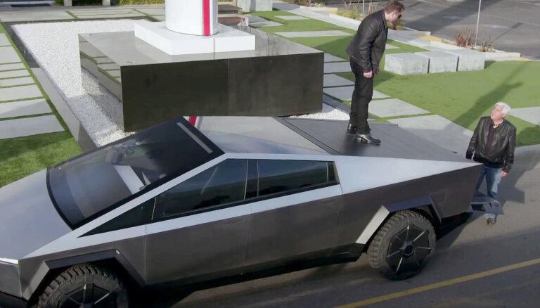 Video: Īlons Masks ar Džeju Leno dodas pazemes tunelī ar 'Tesla Cybertruck'