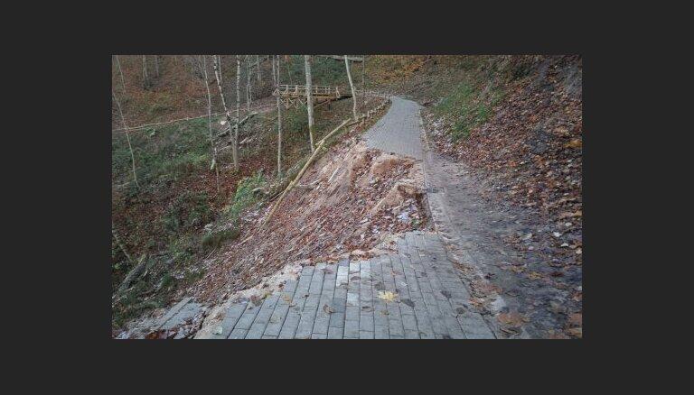 """ФОТО: Дожди разрушили часть """"серпантина"""" в Сигулде"""