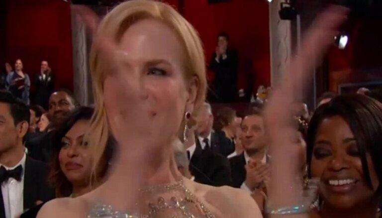 Pasauli satrauc Nikolas Kidmenas dīvainā applaudēšana