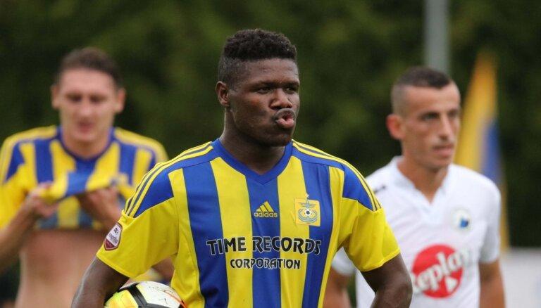 Medijs: Nigērijas futbolists Aijeguns vēlas iegūt Latvijas pilsonību