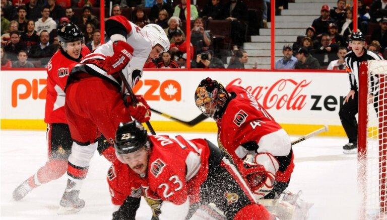 Daugaviņam rezultatīva piespēle NHL spēlē