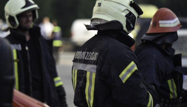 Особо опасный пожар в Пардаугаве: при тушении пострадал один из пожарных