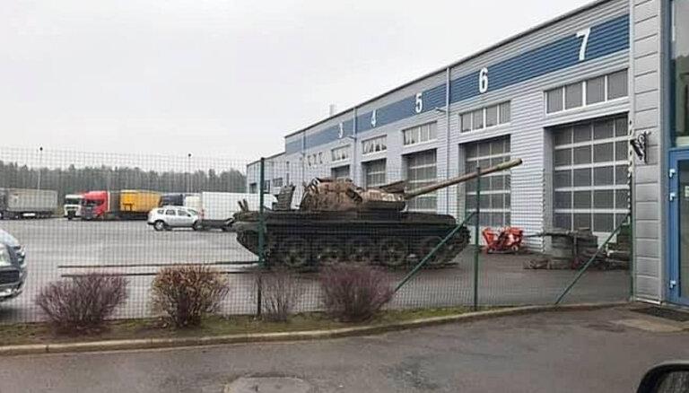 ФОТО: В автосервис в Елгаве прибыли советские танки