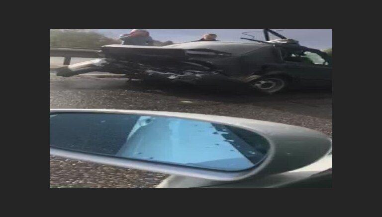 Video: Divu vieglo un vienas smagās mašīnas sadursme uz Dienvidu tilta