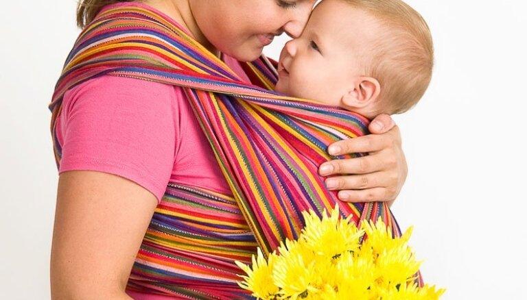 Būs pieejamas bezmaksas nodarbības par slingu jeb lakatu pielietošanu mazuļu nēsāšanā