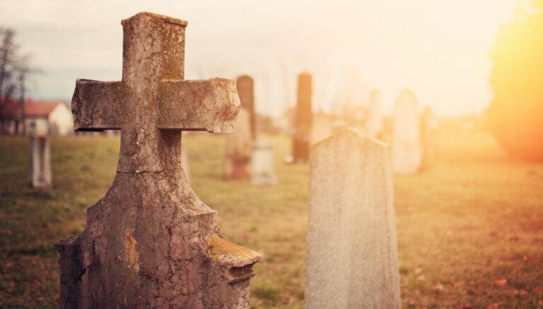 Latgalē maskā tērptam vidusskolniekam par ālēšanos kapos piemēro piespiedu darbu
