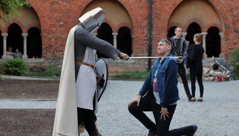 Foto: Varoņiem pa pēdām – Rīgā ļaužu pūļus pulcē ikgadējā Muzeju nakts