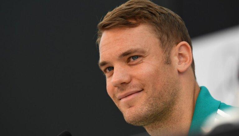 УЕФА не накажет немцев за радужную капитанскую повязку Нойера