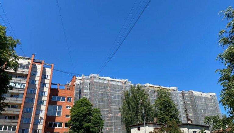 ФОТО: В Риге за 2,4 млн евро утеплят и реновируют жилую девятиэтажку