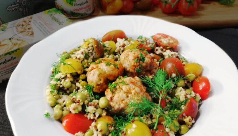 Gaļas bumbiņas ar tomātu, zaļo zirnīšu un graudaugu salātiem