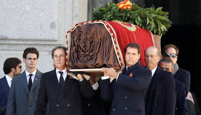 ФОТО: В Испании проходит перезахоронение диктатора Франко