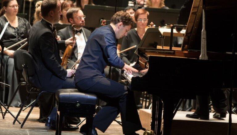 Foto: Cēsīs izskanējis Rahmaņinova Otrais klavierkoncerts Reiņa Zariņa izpildījumā
