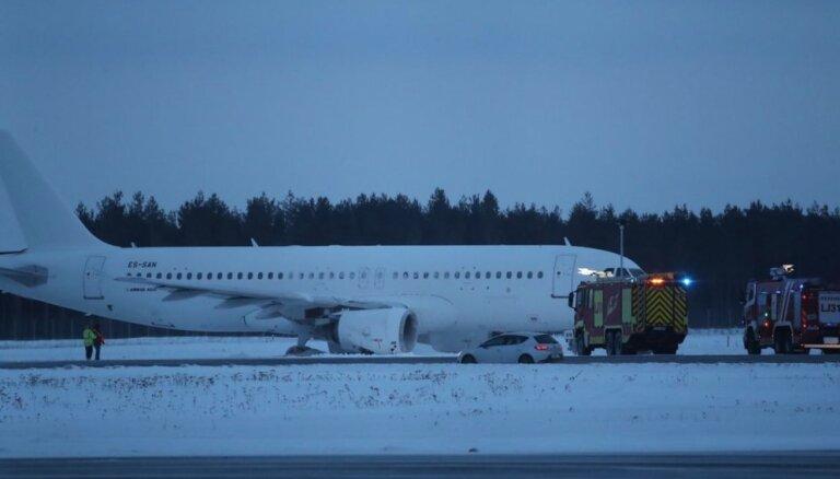 Video: Nosēžoties Tallinas lidostā, 'Airbus' lidmašīna salauž šasiju