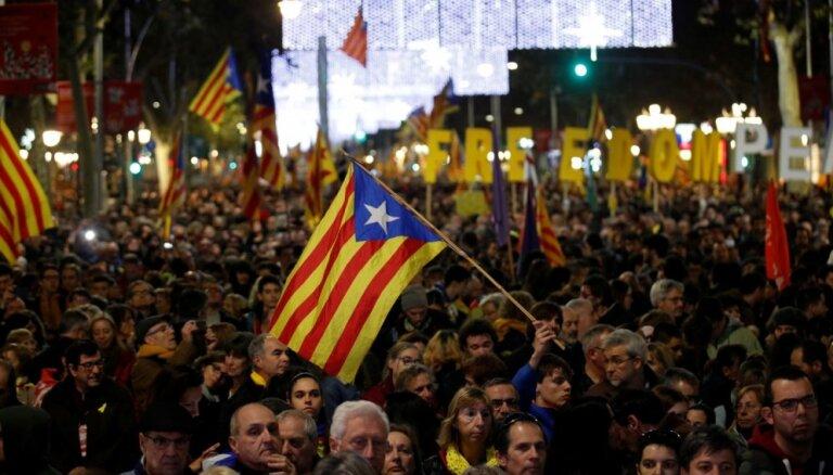 Barselonā sadursmēs ar katalāņu separātistiem ievainoti 35 policisti