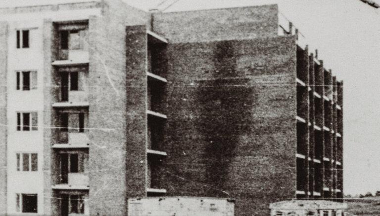 Vācu karavīrs uz sienas Saldū – īsti galvaskausi un neīsti spoki
