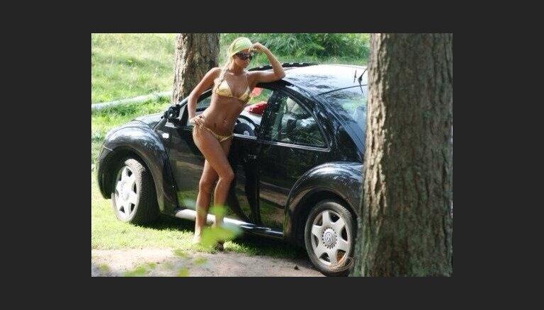 Kubliņa bikini mēģina pārdot savu 'vabolīti'