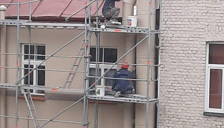 Foto: Aculiecinieci uztrauc pārkāpumi viesnīcas 'Viktorija' remonta laikā; VDI tos nekonstatē