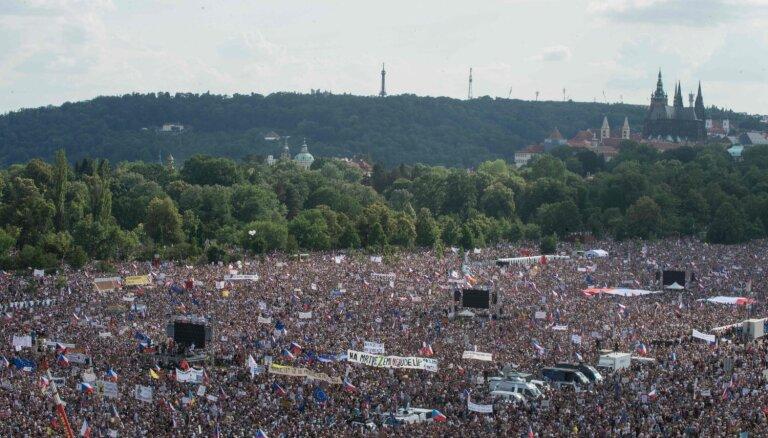 Prāgā daudzi tūkstoši protestētāju pieprasa premjera Babiša demisiju