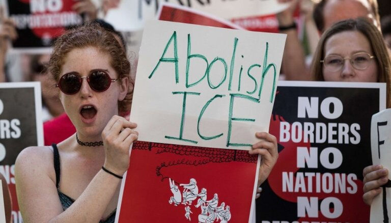 Simtiem tūkstošu cilvēku ASV protestēs pret Trampa imigrācijas politiku