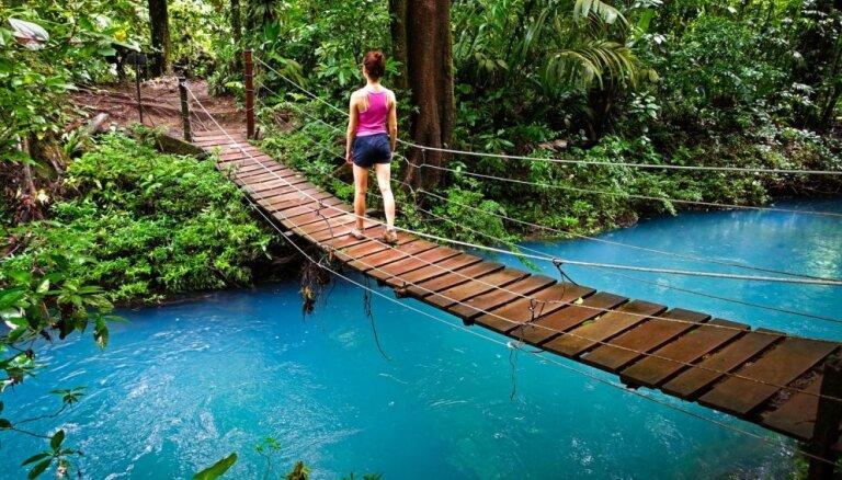 Savdabīgi zila upe Kostarikā, kas maina krāsu