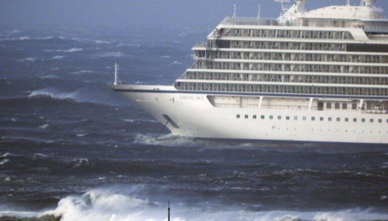 Norvēģijas piekrastē no kruīza kuģa evakuē 1300 pasažierus